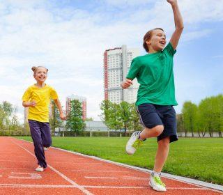 Kinder auf Finnenlaufbahn