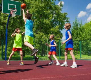 Basketballspielende Kinder