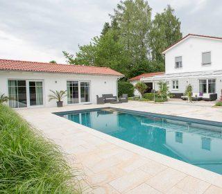 Swimming Pool mit großzügiger Terrasse