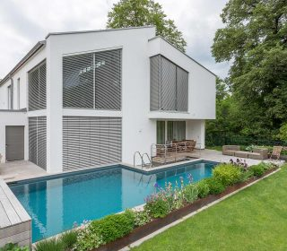 Naturpool mit der Architektur des Hauses im Einklang