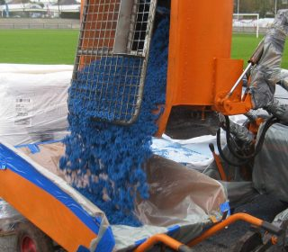 Einbau einer blauen Kunststoffbahn