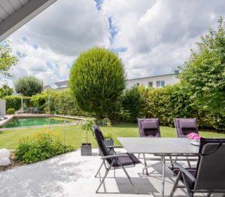Garten mit Terrasse und Teich