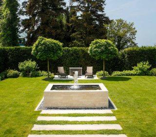 Quellstein in modernem Garten