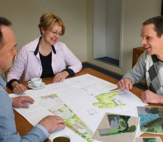 Besprechung der Gartenplanung mit Kunden
