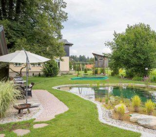 Garten mit Spielecke und Teich