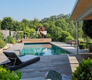 Livingpool mit Holzdeck und Liegefläche