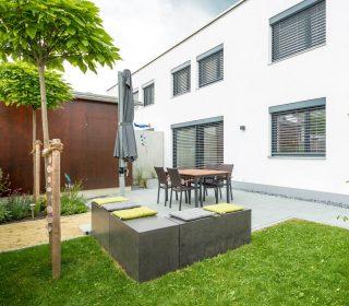 Rasenfläche, Sitzecke und Pflastersteinfläche
