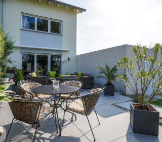 Terrasse mit Sitzecke und Lounge