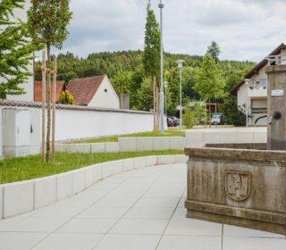Dorfplatz mit Brunnen