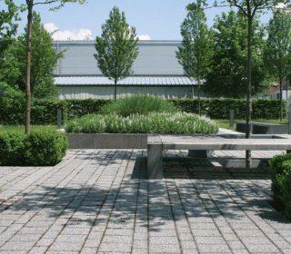 Kleiner Park auf Firmengelände