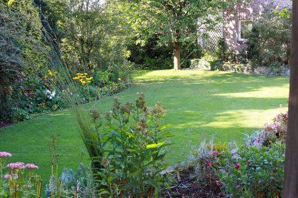 Sattgrüne Rasenflächen