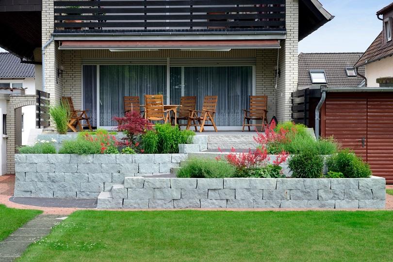 Klassische Terrasse kombiniert mit modernen Elementen
