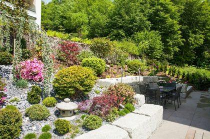 Terrasse mit Steingarten als heimeliger Rückzugsort