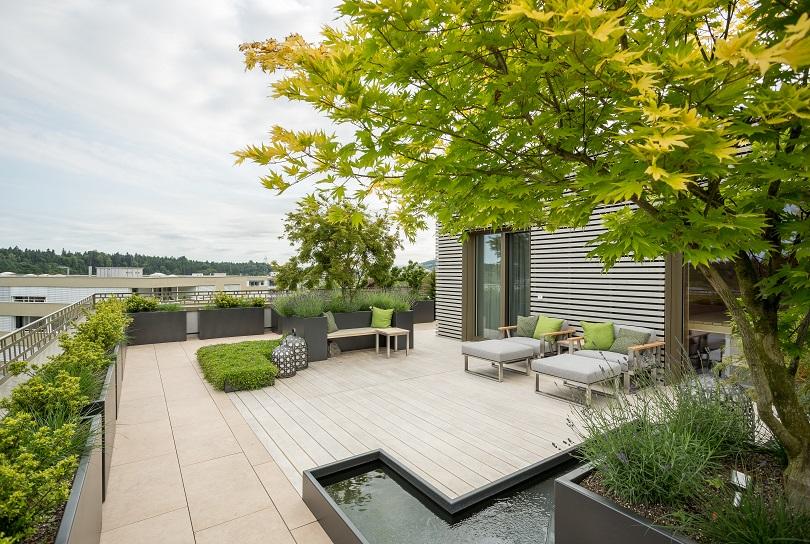 Holzterrasse kombiniert mit Naturstein