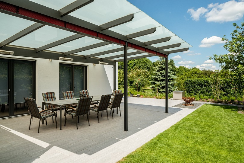 Überdachte Terrasse mit Sitzgelegenheit